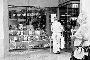 La librería Manantial reabre y entra en la editorial San Pablo