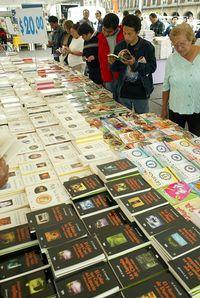 Decomisan 6.400 discos y 3.000 libros piratas en Medellín